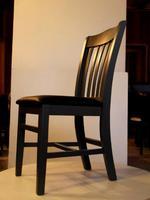 масивни дървени столове с атрактивен дизайн